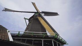 Werkende ouderwetse windmolen stock footage