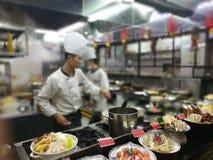 Werkende plaats voor het koken van voedsel in een restaurant royalty-vrije stock afbeeldingen