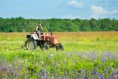 Werkende tractor op het gebied Royalty-vrije Stock Foto's