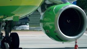 Werkende turbinemotor van een vliegtuig bij de luchthaven stock videobeelden