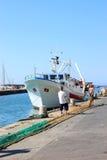 Werkende vissers in de haven van Castiglione, Italië stock foto's