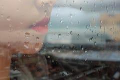 Werkende vrouw met regenachtig seizoen Royalty-vrije Stock Afbeeldingen