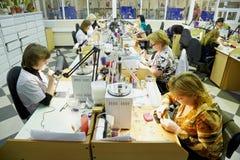 Werkende vrouwen bij verwerkende afdeling stock afbeelding
