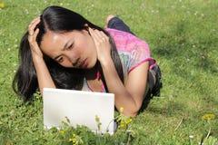 Werkende vrouwen op laptop royalty-vrije stock foto's