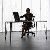 Werkende vrouwensilhouet. stock foto