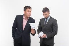 Werkgever boos met jonge werknemer stock foto's