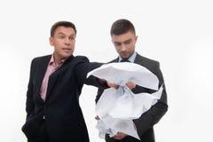 Werkgever boos met jonge werknemer stock foto