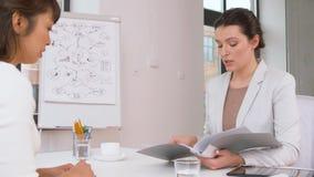 Werkgever die gesprek met werknemer hebben op kantoor stock videobeelden