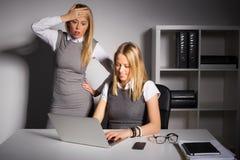 Werkgever die in verschrikking het werknemerswerk bekijken stock afbeelding