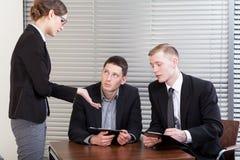 Werkgever en arbeiders tijdens vergadering stock afbeeldingen