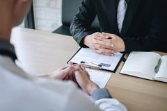 Werkgever het aankomen voor een baangesprek, zakenman luistert aan kandidaatantwoorden die over zijn profiel en onderhoudsdroomba stock foto