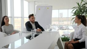 Werkgever met de baangesprek van de secretaresseholding in bestuurskamer, commerciële vergadering van zakenlui in modern bureau,