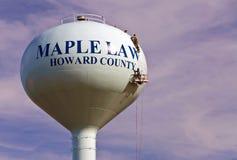 Werklieden die een moderne watertoren schilderen Stock Foto