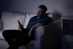 Werkloos mens het drinken bier royalty-vrije stock foto