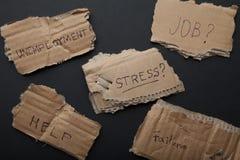 Werkloosheid, problemen, spanning, hulp, baan Inschrijvingen op het karton royalty-vrije stock foto's