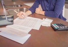 Werkloze en gescheiden vrouw met schulden het herzien stock fotografie