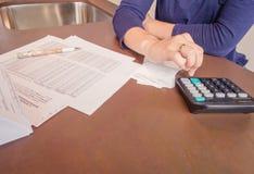 Werkloze en gescheiden vrouw met schulden het herzien stock foto's