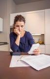 Werkloze en gescheiden vrouw met schulden het herzien royalty-vrije stock foto's