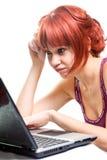 Werkloze vrouw die online naar baan zoekt Stock Foto's
