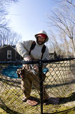Werkman die de bouwketen link omheining herstelt royalty-vrije stock foto's