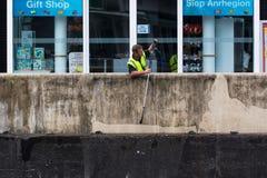 Werkman die drukstraal met behulp van om muur schoon te maken royalty-vrije stock afbeelding
