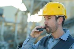 Werkman die onderbreking hebben en sigaret roken Stock Afbeelding