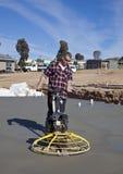 Werkman die onlangs gegoten beton gladmaken Royalty-vrije Stock Foto