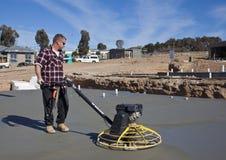 Werkman die onlangs gegoten beton gladmaken Royalty-vrije Stock Afbeelding