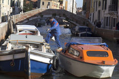 Werkman die uit een boot (Venetië) komt Royalty-vrije Stock Fotografie