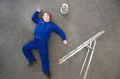 Werkman gevallen van ladder Royalty-vrije Stock Afbeeldingen