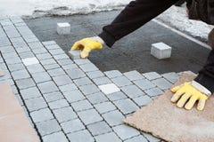 Werkmansmetselaar Installing Brick Patio stock foto's