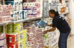 Werknemer bij supermarkt stock afbeelding