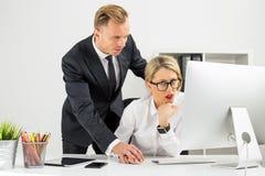 Werknemer die door haar werkgever worden geërgerd royalty-vrije stock foto