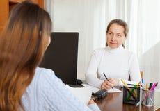 Werknemer die jonge vrouw interviewen Stock Foto's