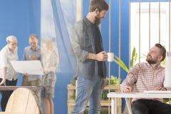 Werknemer die met een manager spreken royalty-vrije stock fotografie