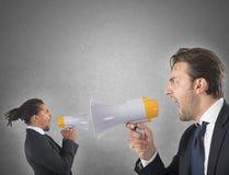 Werknemer die tegen werkgever schreeuwen royalty-vrije stock afbeeldingen