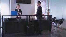 Werknemer die zich bij ontvangstbureau bevinden stock videobeelden