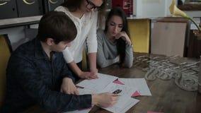 Werknemer drie bespreekt en analyseert de grafiek stock video