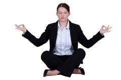 Werknemer in een yogapositie royalty-vrije stock afbeeldingen