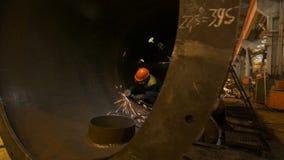 Werknemer in helm en ademhalingsapparaatpijp van het besnoeiingen de reusachtige gas stock video