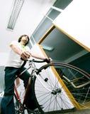 Werknemer op fiets stock foto