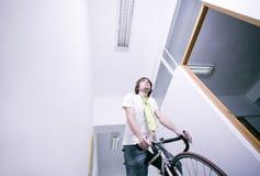 Werknemer op fiets stock afbeelding