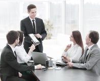 Werknemer van het bedrijf die nieuwe ideeën van bedrijfsontwikkeling geven op een commerciële vergadering stock foto