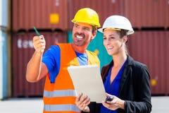 Werknemers in de verschepende containers van het logistiekbedrijf Royalty-vrije Stock Foto