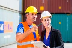 Werknemers in de verschepende containers van het logistiekbedrijf Stock Fotografie