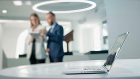 Werknemers die aan de ontwikkeling van nieuwe ideesoftware werken in een modern ontwerpbureau Toekomstig technologieënconcept stock videobeelden