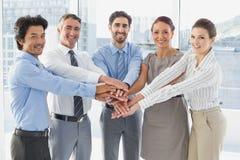 Werknemers die en pret glimlachen hebben Stock Foto's