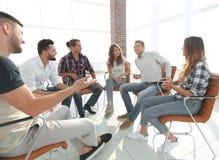 Werknemers die in klasse voor de teambouw zitten stock afbeeldingen
