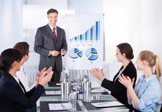 Werknemers die manager waarderen op conferentie Royalty-vrije Stock Afbeeldingen