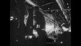 Werknemers die in munitiesfabriek werken, jaren '40 stock videobeelden